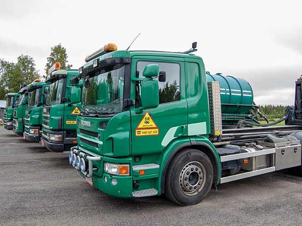 Viisi SR-Kiinteistöhuollon jätehuoltoautoa rivissä